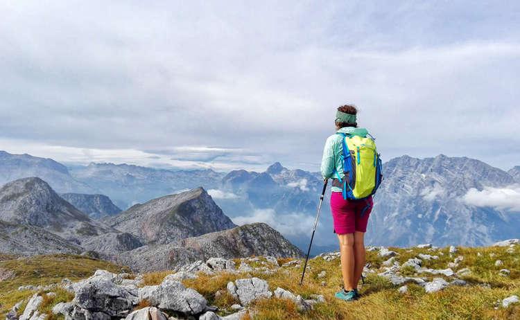 Bergführerin Nina Schlesener blickt über die Kleine Reibn