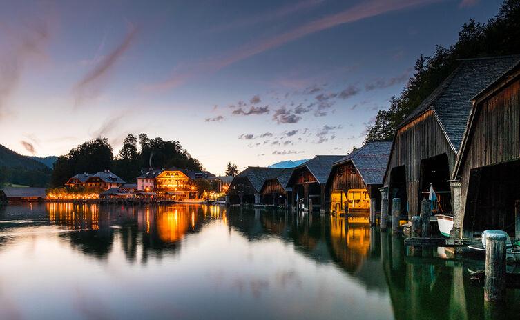 Die Bootshäuser an der Seelände Königssee am Abend